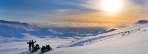 Actividades en la nieve ALQUILER DE MOTOS DE NIEVE EN ANDORRA: ¡La alternativa al esquí más divertida! Actividades de montaña y Aventura en la nieve. Y es que no querer esquiar no significa que no te guste la nieve. Actividades en la nieve que podéis realizar en las estaciones de esquí y que son una muy buena alternativa al esquí como el ALQUILER DE MOTOS DE NIEVE. Si finalmente decides visitar Andorra y te animas a combinar los deportes de invierno con alguna otra propuesta como el alquiler de las motos de nieve no olvides nuestras ofertas de alquiler de motos de nieve en Andorra en el Cap del Port en GrandValira. En nuestra web encontrarás sugerencias y todo tipo de excursiones en moto de nieve 30 minutos, 1 hora… 3 horas. Excursiones para ver la luna… para todo tipo de eventos e incentivos.
