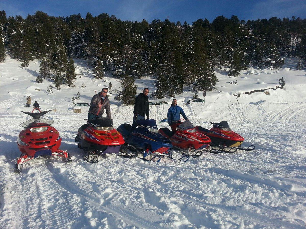 Excursiones en Motos de nieve en medio de paisajes nevados en Grau Roig en Andorra