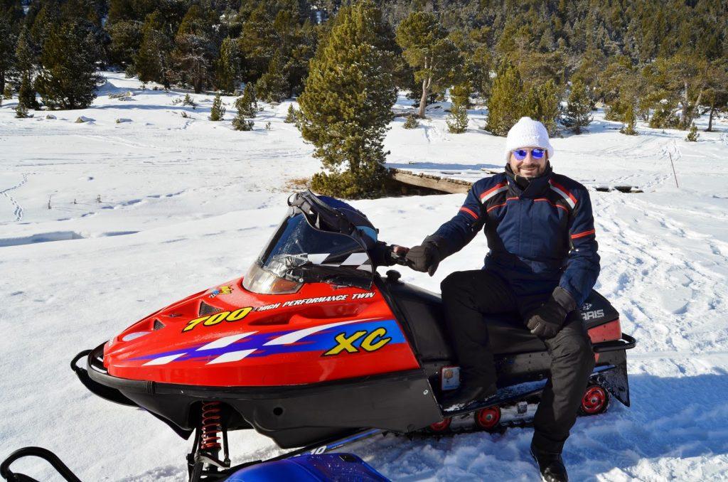 Excursiones en Motos de nieve en medio de paisajes nevados en Andorra