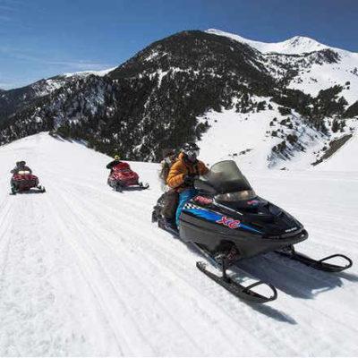Pack parejas: Moto de nieve 30 min Mushing 2 km Este pack es para parejas. Podrás disfrutar de un paseo de 30 min en moto de nieve doble, descubrirás la sensación de conducir una moto de nieve y disfrutar de los paisajes que os ofrece Andorra.  Las salidas en moto de nieve son en grupo y vais con un guía experimentado el cual os ara la explicación teórica, os dará el material y os enseñara las diferentes rutas.  Una vez finalizada la actividad de motos de nieve realizareis un paseo con perros de trineo. Los trineos van conducidos por el musher, iréis sentados disfrutando de la sensación de ser arrastrado por un equipo 10 perros Alaskans Huskys.  Los trineos son biplaza. En caso de haber poca nieve la actividad se realiza con trineos Fritz Dyck.  Esta actividad se realiza en Andorra, disponemos de diferentes circuitos.  Importante:  Si quieres reservar para una fecha en concreto tienes que mandar un correo a mushingpirineus@gmail.com y te informaremos de la disponibilidad antes de hacer la reserva.  El precio del pack es para parejas.  La altura mínima para subir a las motos de nieve es de 1.35 m.  No pueden realizar esta actividad mujeres embarazada.