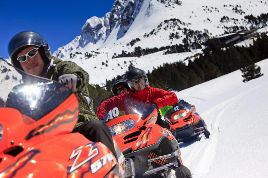 Tu escapada a Andorra te hará descubrir lugares de ensueño y realizar experiencias únicas como conducir una moto de nieve o hacer mushing
